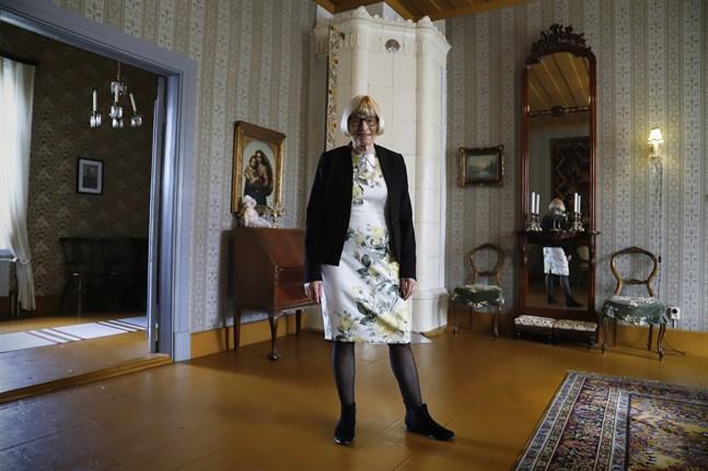 Kyrkohistoria är ett av Anita Ismarks intressen. Förutom att hon är ordförande för Borgå stifts fullmäktige så är hon också ordförande för Föreningen Prästgårdsmuseet i Korsnäs. Där är bilden tagen.