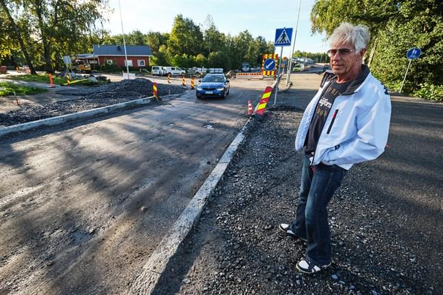 Gatan är för smal för två personbilar att mötas tryggt och säkert, säger Rafael Palm.