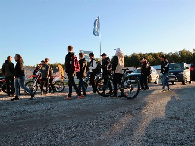 Mopedkvällen lockade både yngre och äldre som delar förkärleken för mopeder.