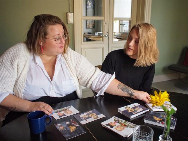"""Ellen Strömberg och Elin Löf har gjort boken """"Maggan året runt"""" tillsammans. Nu finns den bland  de nominerade till Runeberg Junior-priset 2020."""