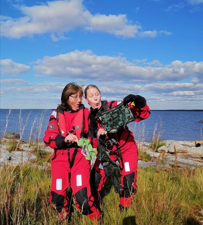 Kalsonger och plast blev fångsten när Gunilla Nybo och Ulrica Dahlbo plockade skräp med kollegerna under en rekreationsdag på ön Skiten.