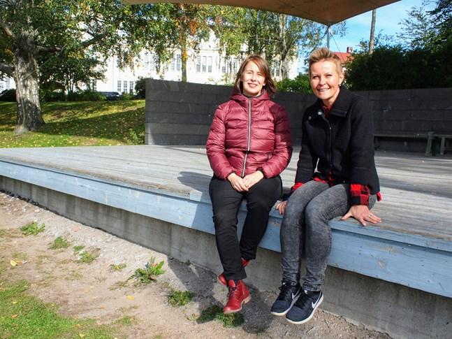 Skrubiluttan Å Skubilej består av Marianne Maans och Désirée Saarela-Portin som båda är professionella folkmusiker.