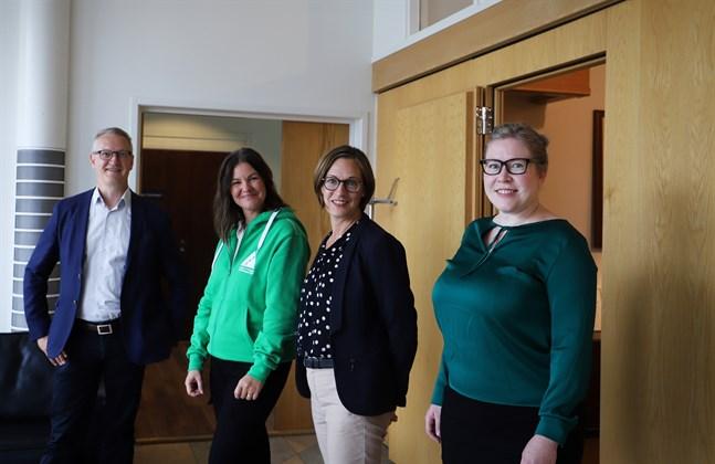 Juha Häkkinen, Nina Ingves, Mia Brännbacka och Heidi Patronen uppmuntrar både ungdomar och företag att ta vara på chansen att bekanta sig med varandra.