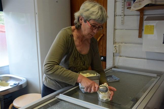 Kaija-Leena Suomi känner ett stygn av vemod när hon gör en av sina sista glassportioner på Bockholmens camping i Kristinestad.