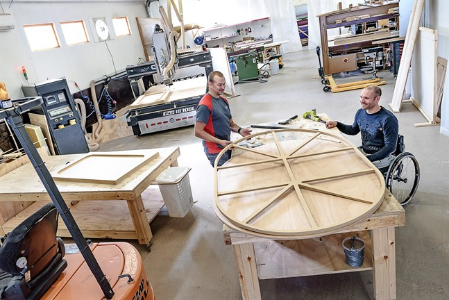 Fredrik Hjulfors och Andreas Forsman på CMP Enginering visar vilka möjligheter det finns när man jobbar med en CNC-fräs.