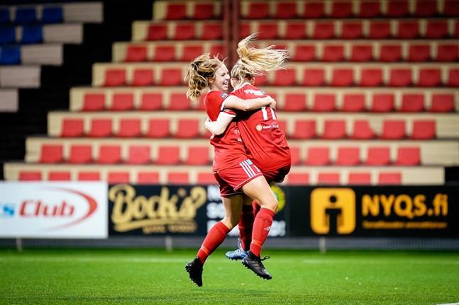 Elli Näsman och Heidi Leppämäki firar 2-0-målet.