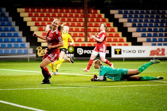 Elli Näsman har just gjort 3–0 för Sport bakom Tia Lindqvist i Myranmålet.