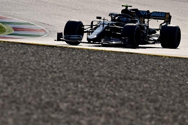 Mercedesföraren Valtteri Bottas föll till tvåa i ett kaotiskt lopp.