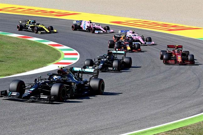 Mercedesföraren Valtteri Bottas tog ledningen i starten. Men efter två röda flaggor och lika många omstarter tog i stället stallkamraten Lewis Hamilton segern.