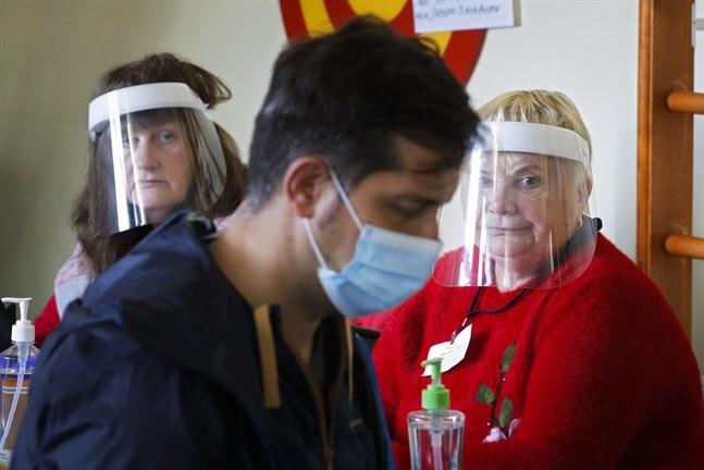 Regionvalen i Ryssland avslutas på söndagen. Här en väljare i S:t Petersburg inför ett par virusskyddade valförrättare.