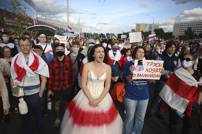 Omkring 100000 demonstranter samlas i Minsk för nya protester mot president Aleksandr Lukasjenko.