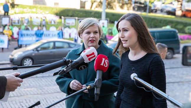 Forsknings- och kulturminister Annika Saarikko (C) och statsminister Sanna Marin (SDP) anlände tillsammans på måndagen till budgetförhandlingarna i Ständerhuset i Helsingfors.