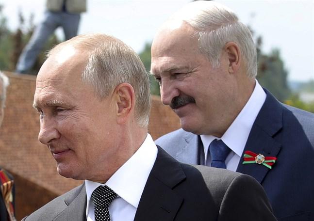 Belarus auktoritäre ledare Aleksandr Lukasjenko ska träffa Rysslands president Vladimir Putin i Sotji. Bilden är från ett tidigare möte.
