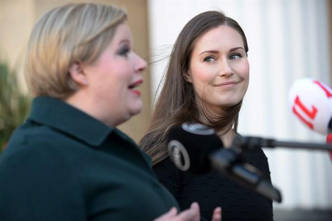 Forsknings- och kulturminister Annika Saarikko (C) och statsminister Sanna Marin (SDP) anlände tillsammans till Ständerhuset. De säger att regeringen redan förra veckan förhandlat i god anda.