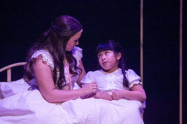 Sarah Nedergård och Lillian Nguyen gör båda sina första roller på Vasa stadsteater.