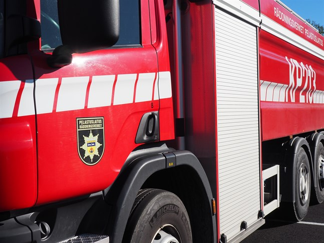 En brandbil råkade finnas i närheten då utrustningen på en lastbil började ryka.