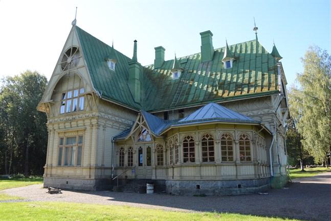Besökarrekord noteras i sommar vid Carlsro museum i Kristinestad. Den gamla herrskapsvillan ligger vid Storträsket.