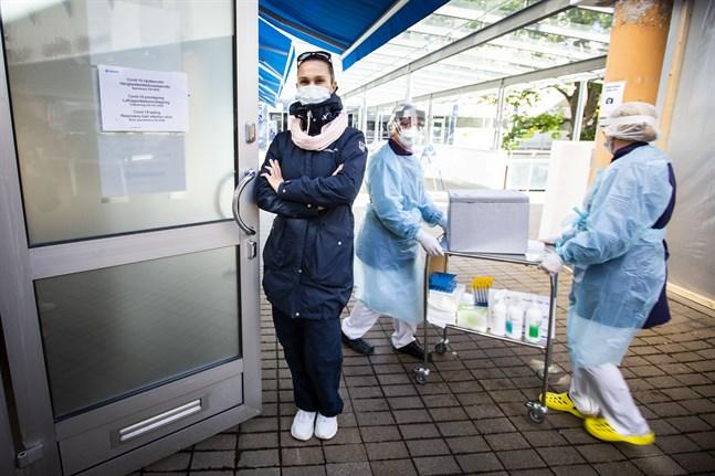 Intresset för coronatester är klart större nu än i våras säger enhetschef Katri Bergendahl-Hannuksela på Terveystalo i Vasa. Utanför Vasaenheten har man gjort i ordning en drive-in-teststation.