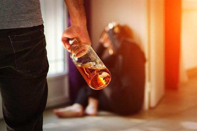 2,6 miljoner finländare har upplevt problem på grund av andras drickande, skriver Mikaela Herrmans.