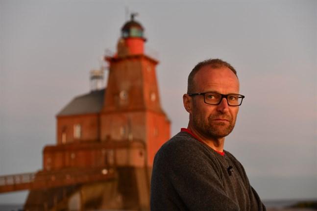 Veikka Gustafsson är värd på Kallbådan fyr.
