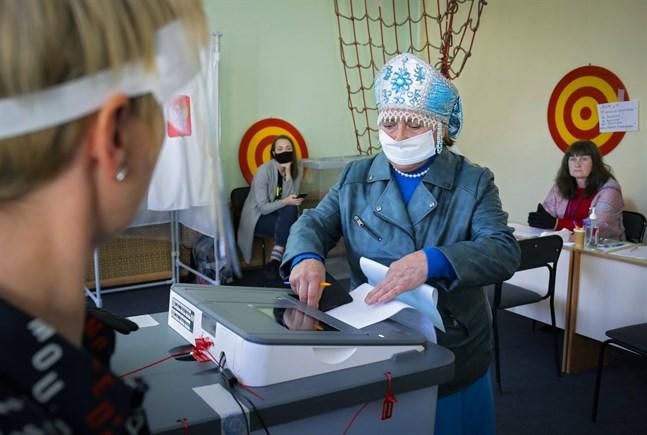 En kvinna lägger sin röst i lokalvalet i Leningrad, utanför St Petersburg.