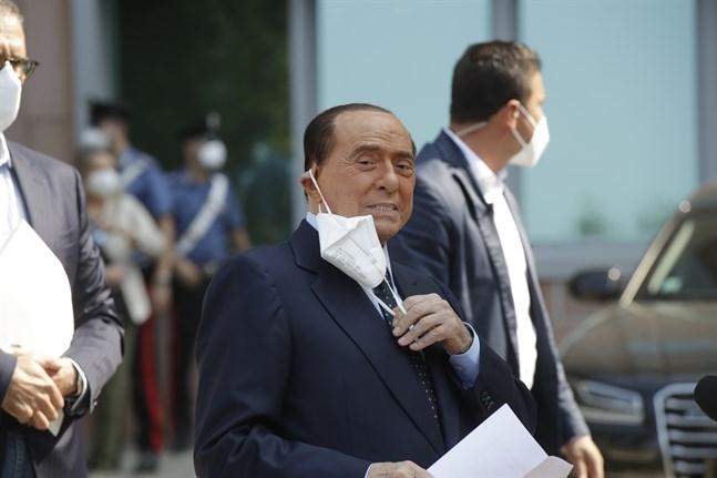Italiens före detta premiärminister Silvio Berlusconi då han lämnade sjukhuset i Milano på måndagen.