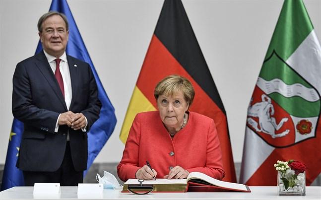 Tysklands förbundskansler Angela Merkel vid ett möte med Armin Laschet, ministerpresident i Nordrhein-Westfalen, i augusti. Arkivbild.
