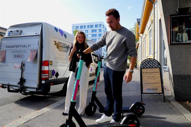 Sari Somppi och Tommi Mäki är hjärnorna bakom pilotprojektet som hyr ut elsparkcyklarna.