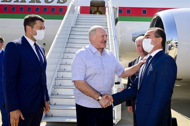 Belarus ledare Aleksandr Lukasjenko vid ankomsten till Sotji för mötet med Rysslands president Vladimir Putin.