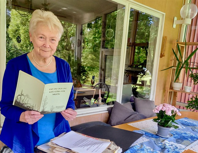 Maire Paavola har en stor bunt tidningsurklipp som hon planerar att sortera upp.