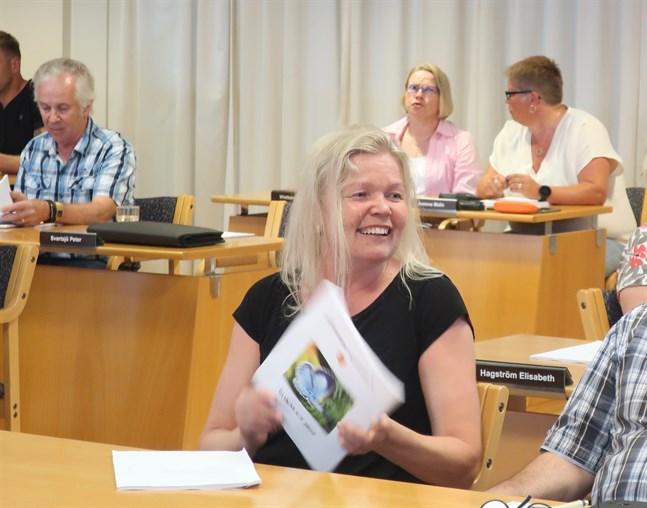 Eva-Lott Björklund är starkt engagerad i kulturverksamhet och äldres välbefinnande i Kronoby.