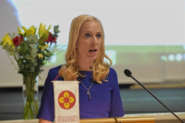 Folktingets ordförande Sandra Bergqvist säger att Finlands språklag är bra, problemet är bara att alla kommuner och myndigheter inte följer den. Arkivbild.