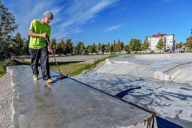 Nästan klart. Robban Saastamoinen sprider ut ett medel som ska täppa till porerna i betongen. Medlet ska ännu torka, men på fredag eftermiddag är parken klar för öppning.