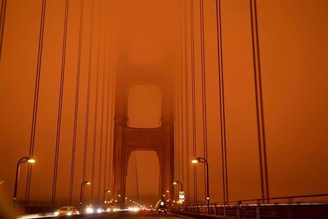 Så här såg trafiken över Golden Gate-bron i San Francisco ut i torsdags förra veckan, mitt på dagen. Då härjades USA:s ostkust av 35 stora skogsbränder.