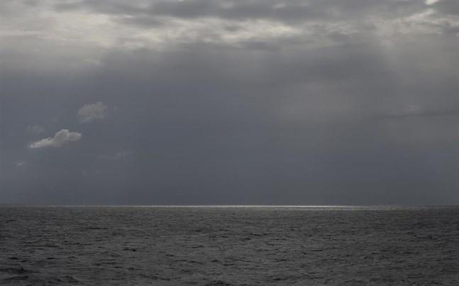 Minst 24 personer befaras ha omkommit sedan en gummijolle kapsejsat utanför Libyens kust.