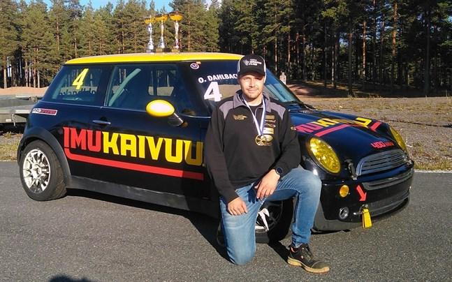 Oskar Dahlbacka framför sin FM-vinnarbil Mini One.