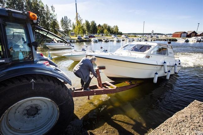 Matti och Teemu Holma drar upp båten i Gerby hamn. Den kommande stormen påverkade tidpunkten.