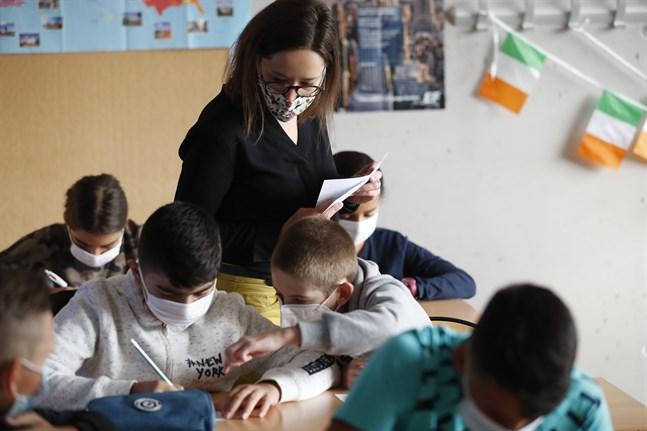 I Bischheim i östra Frankrike är det munskydd som gäller för både elever och lärare, men frågan är om det räcker. Arkivbild.
