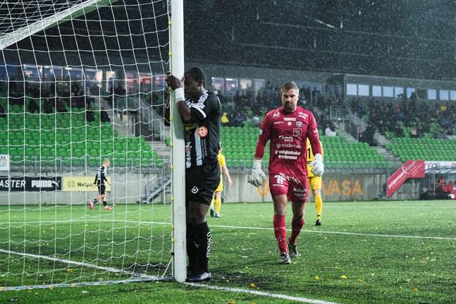 Steven Morrissey brände en av många målchanser för VPS. AC Oulu-målvakten Juhani Pennanen kunde oftast nöja sig med att se bollarna flyga över eller förbi hans mål.