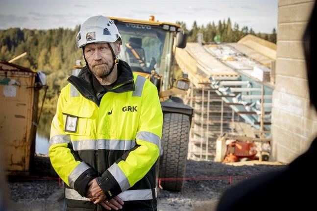 Magnus Ahlskog från Ekenäs leder GRK:s arbete på platsen. Han är osäker på exakt hur illa olyckan var för brobygget.