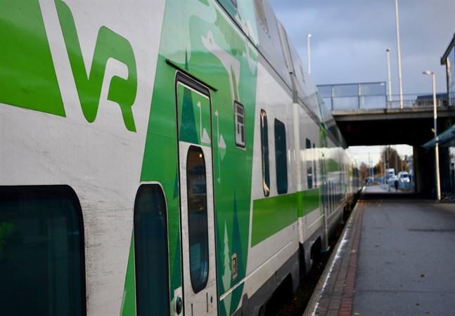 Stormen Aila kan orsaka förseningar i tågtrafiken eller att passagerare måste ty sig till ersättande transporter.