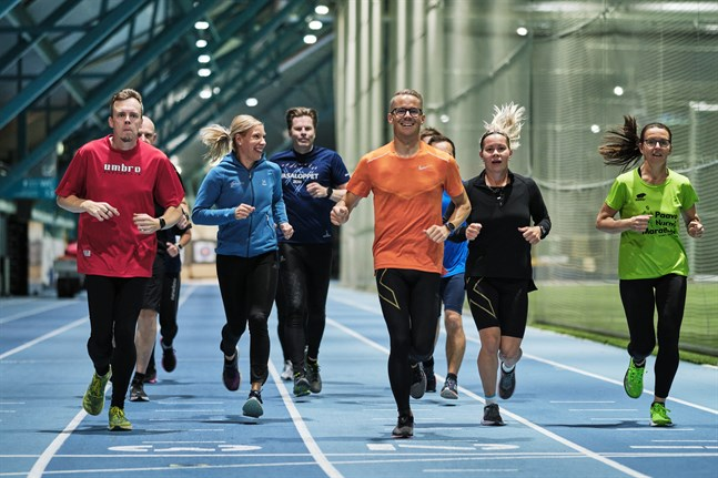 Minna Huhta, i blått, är en av tränarna för Löpakademin som ordnas av Vasaregionens Arenor. Hon tror att löpning är så populärt för att det är så lätt – allt som krävs är ett par skor.