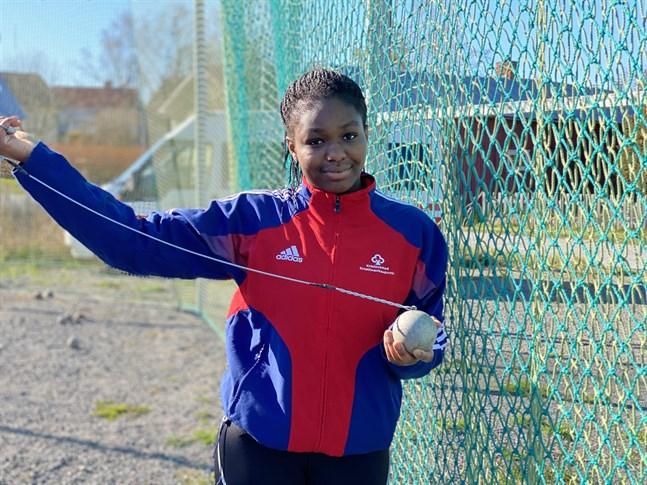 Emmanuela Koomson kastade släggan 63 meter i Kristinestad. Det är nytt landsårsbästa i klassen D17.