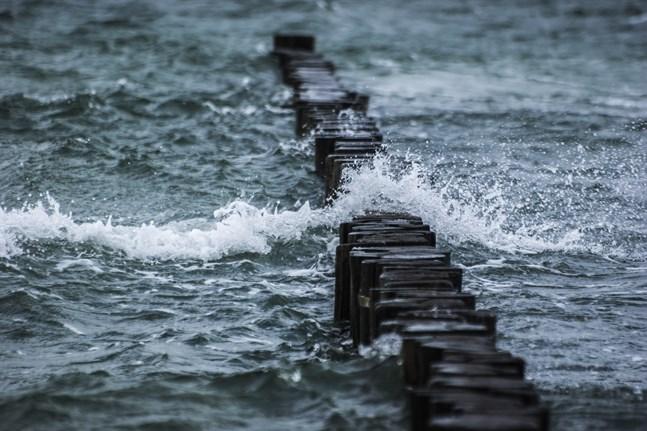 Vindhastigheten kan uppgå till över 30 meter i sekunden längs västkustens havsområden.