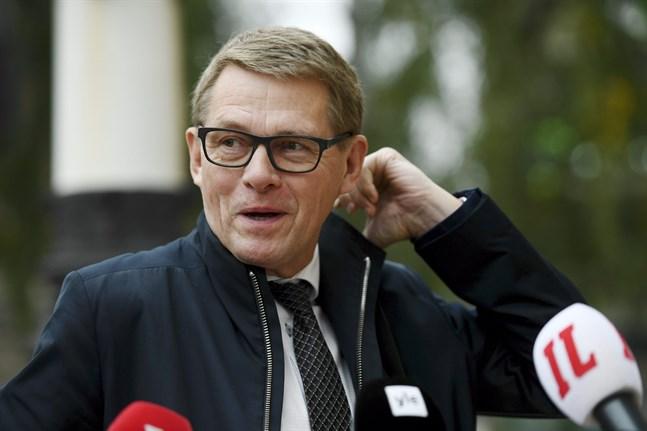 Finansminister Matti Vanhanen (C) uppger att budgetunderskottet nästa år stiger till 10,7 miljarder, vilket är nästan 4 miljarder mer än i Finansministeriets förhandlingsunderlag.