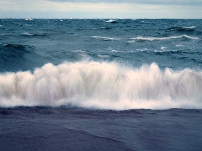 Vågorna vid Fäboda klockan 20 på ondagskvällen.