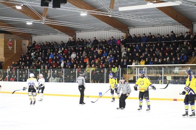 Kraft hockey kan maximalt ta in 400 personer till sina hemmamatcher. I fjol i februari då man mötte Malax IF var det fler än så, men normalt sett brukar publiksiffran vara kring 300 personer.