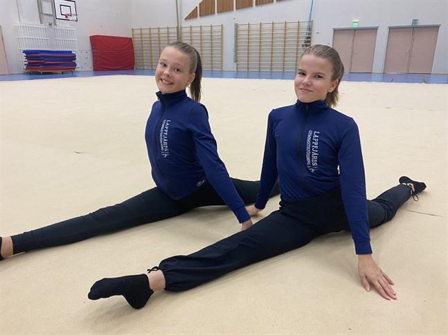Tindra Grannas, till vänster, och Freja Berg har väntat över ett år på att få tävla. Nu får gymnasterna äntligen tävla igen.