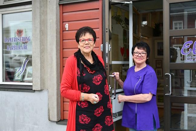 Väninnorna Hilkka Wilhelms och Elsi Yli-Venna huserar nu också i samma lokal vid Salutorget i Kristinestad.