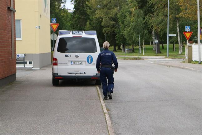 Polisen utvidgar området där de söker efter den beväpnade mannen.